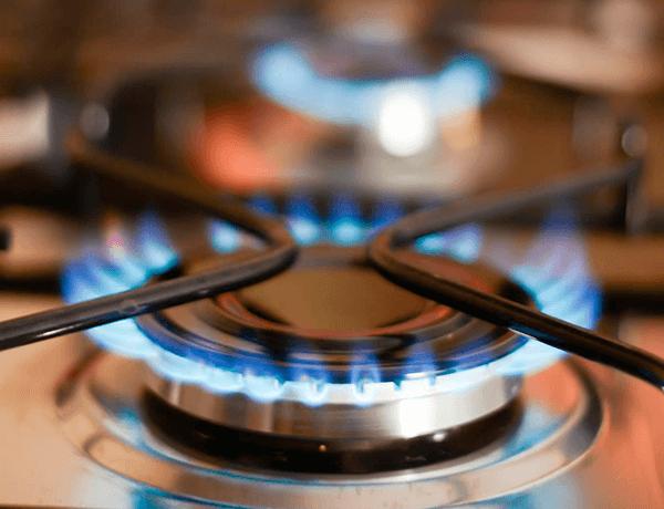 Fuego saliendo del fogón de una estufa
