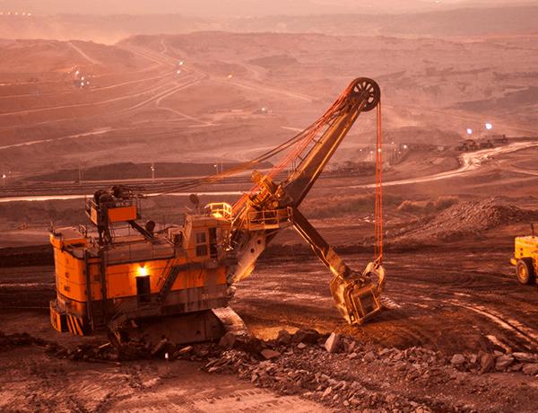 Una excavadora en un terreno de arena