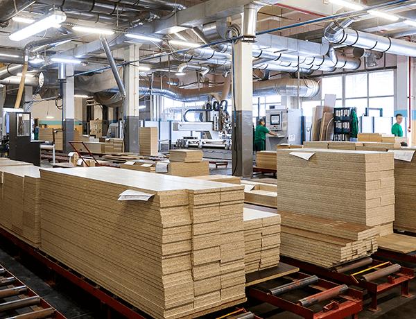 Tablas de madera amontonadas en pilas