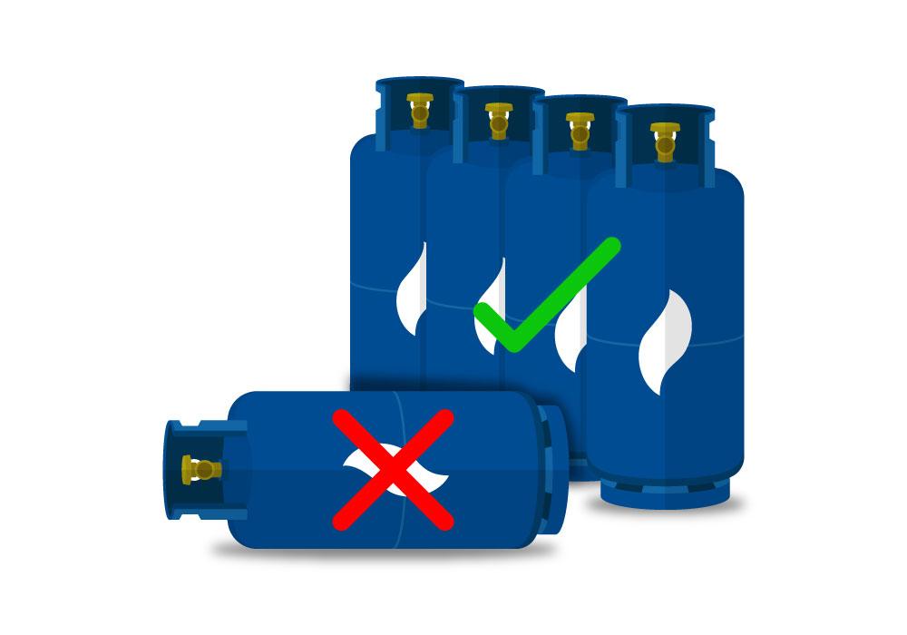 Cuatro cilindros de gas ubicados verticalmente y un cilindro de gas de forma horizontal en el piso